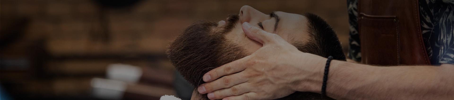 Mycie włosów i brody u barbera