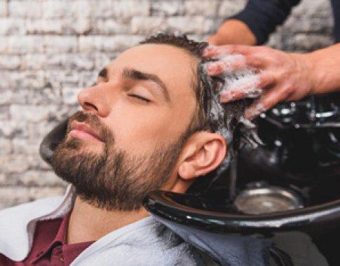 Mycie włosów u barbera
